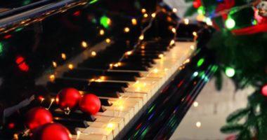 Какой Новый год без песен про колокольчики, елку, снег и Санта-Клауса? 10 рождественских и новогодних хитов