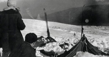 По какой причине погибла группа туристов Игоря Дятлова?