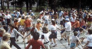 Какие танцы устраивали  школьникам в пионерских лагерях в Стране Советов?