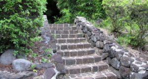 Как выбрать лестницу для загородного участка