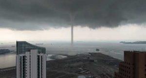 Пугающая красота природы: идеально ровный торнадо