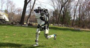 Робот Atlas на пробежке: ему не страшны даже бревна
