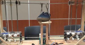 Студенты создали робота, завязывающего шнурки